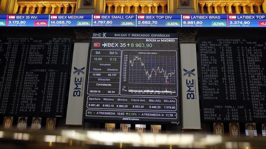 El IBEX 35 sube un 0,35 por ciento a mediodía, pero no alcanza los 9.000 puntos