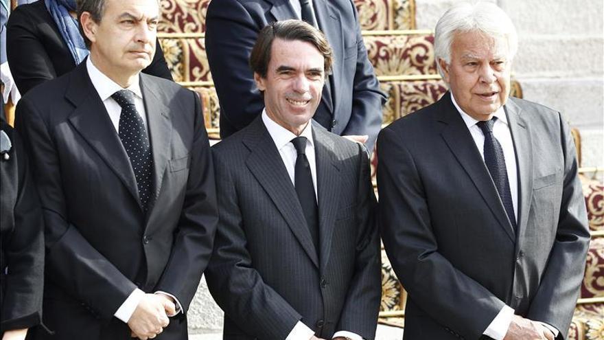 Zapatero, González y Aznar muestran su respeto ante el féretro de Suárez