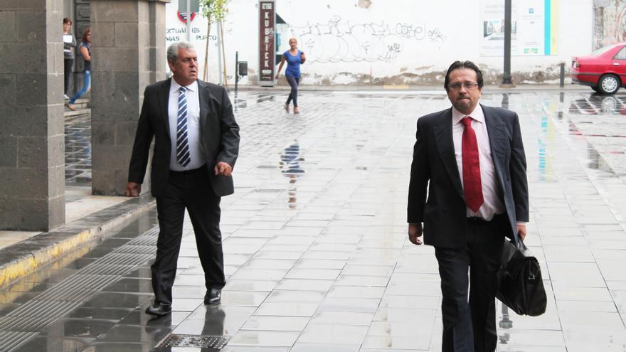 José Luis Mena (izquierda) y su abogado José Gerardo Ruiz Pasquau (derecha) entrando al Palacio de Justicia. Acoidán Díaz.