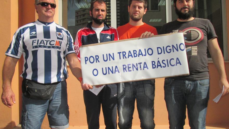 En la imagen, concentración, este lunes, en las oficinas del SCE de la capital. Foto: LUZ RODRÍGUEZ.