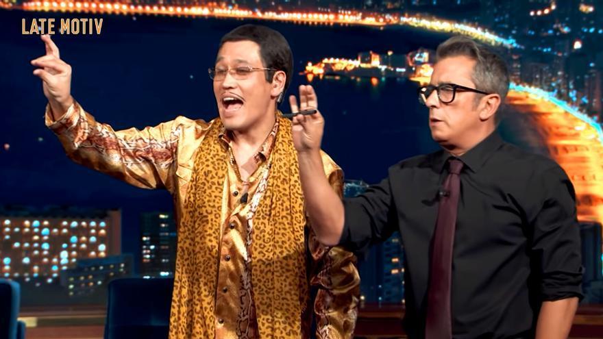 El cantante de Pen Pineapple Apple Pen enseñó a Buenafuente su peculiar coreografía