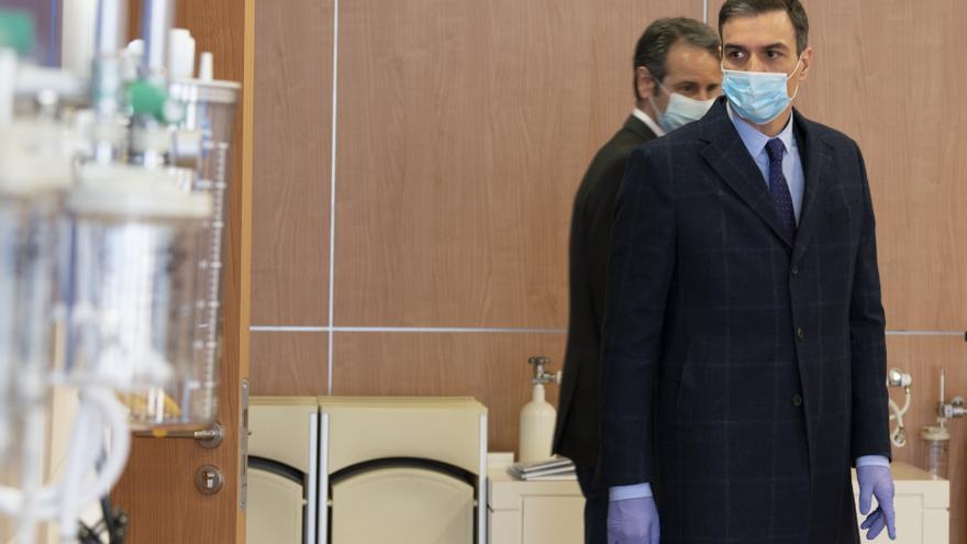 Pedro Sánchez con mascarilla en la visita a la empresa Hersill en Móstoles.
