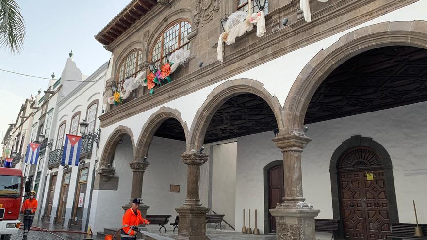Miembros del operativo, este martes,  baldando el tramo de la calle Real situado frente al Ayuntamiento de Santa Cruz de La Palma.
