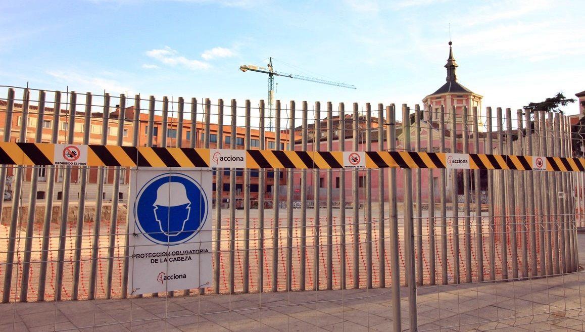 Valla de obras colocada este viernes en la calle Barceló | SOMOS MALASAÑA