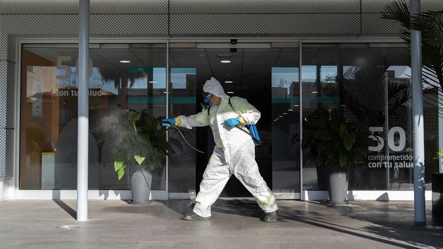 Un operario del Servicio de Limpieza del Ayuntamiento de Santa Cruz de Tenerife hace labores de desinfección en el exterior del Hospital Quirón Salud Tenerife
