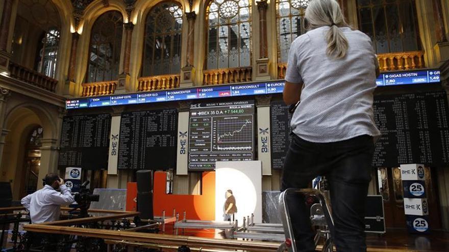 El IBEX 35 opta por las pérdidas a mediodía y se deja un 0,18 por ciento