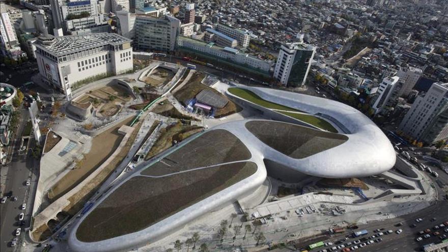 Seúl inaugura el Dongdaemun Design Plaza, de la arquitecta Zaha Hadid