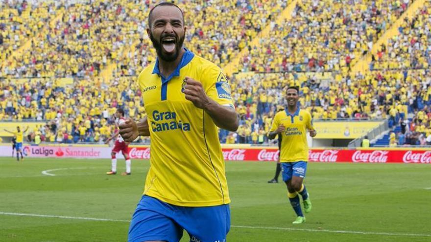 El centrocampista marroquí de la UD Las Palmas Nabil El Zhar (c) celebra su segundo gol, el tercero del equipo ante el Granada, durante el partido de la segunda jornada de Liga de Primera División en el estadio Gran Canaria. EFE/Quique Curbelo