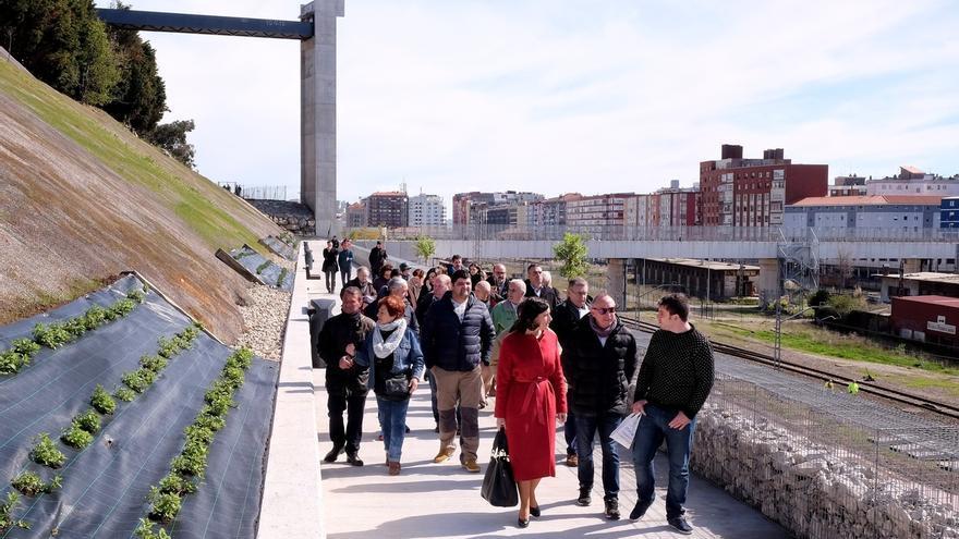 La Peña del Cuervo estrena conexión con la pasarela de Castilla-Hermida, con un paseo de 170 metros