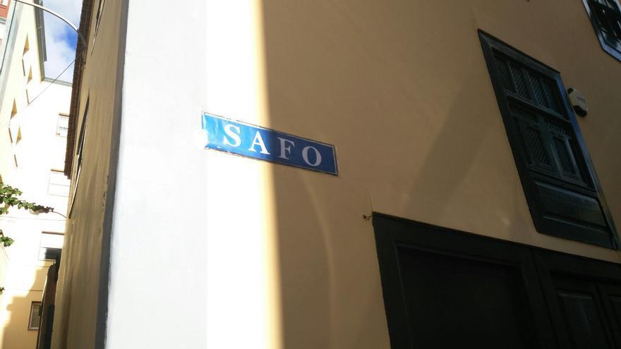 En la imagen, placa de la Calle Safo.