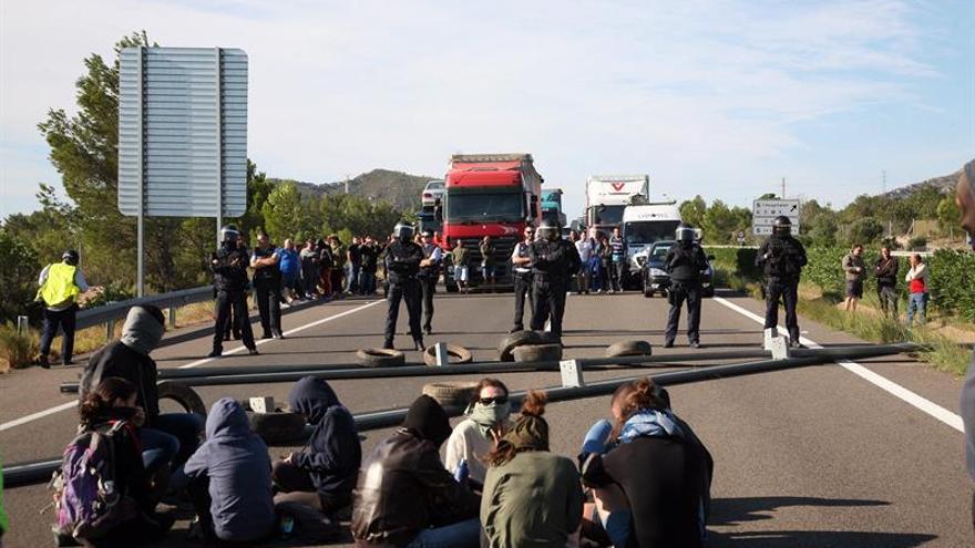 Los CDR cortan la autopista AP-7 a la altura de la Ampolla (Tarragona)