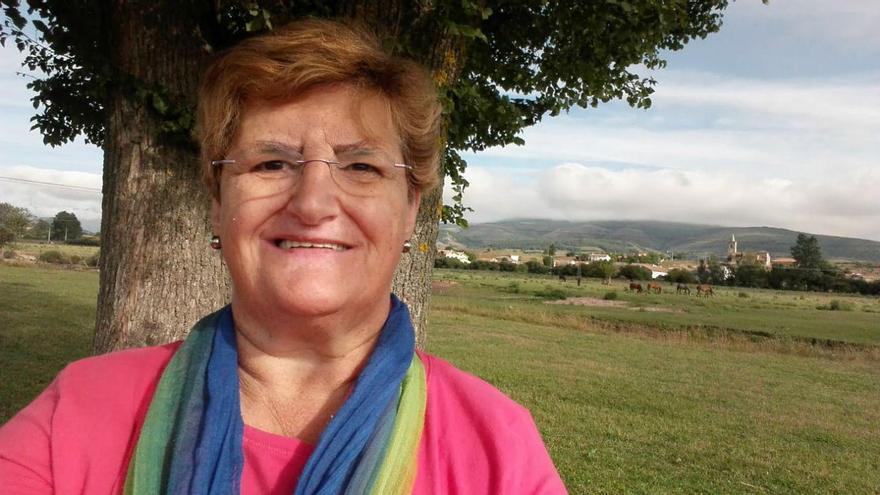 María Ángeles Balbas cuidando de su ganado.