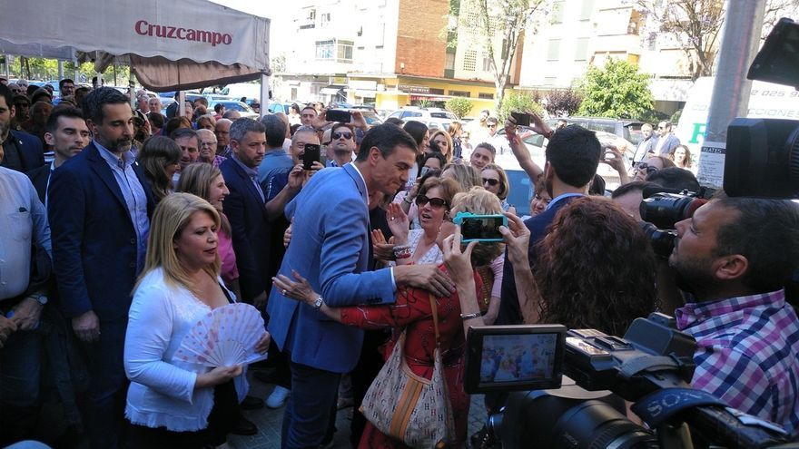Pedro Sánchez da un paseo por una barriada de Jerez mostrando su apoyo a la alcaldesa