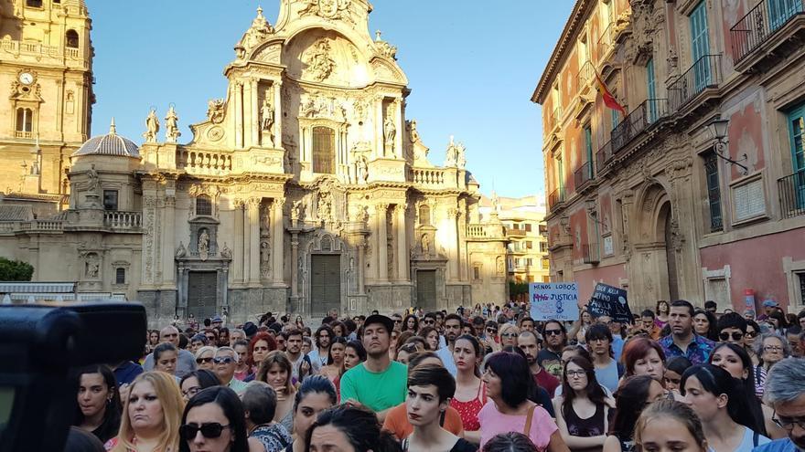 Concentración de protesta en la plaza Cardenal Belluga por la excarcelación de los miembros de La Manada / E. R.