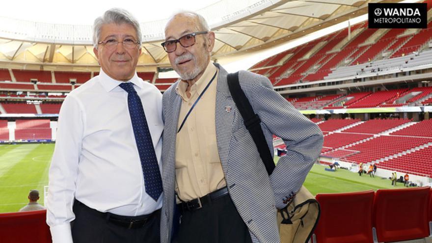 Manuel Briñas con el presidente del Atlético de Madrid, Enrique Cerezo.