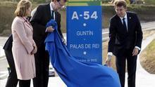 Rajoy abre un tramo de autovía que pone como ejemplo de los hechos frente a las promesas