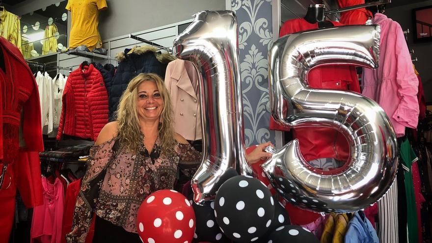 Mara en su tienda de Breña Alta celebrando el 15 aniversario.