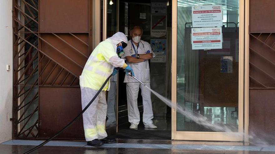 Operarios del Servicio de Limpieza desinfectan el Centro de Salud del Barrio de la Salud en Santa Cruz de Tenerife