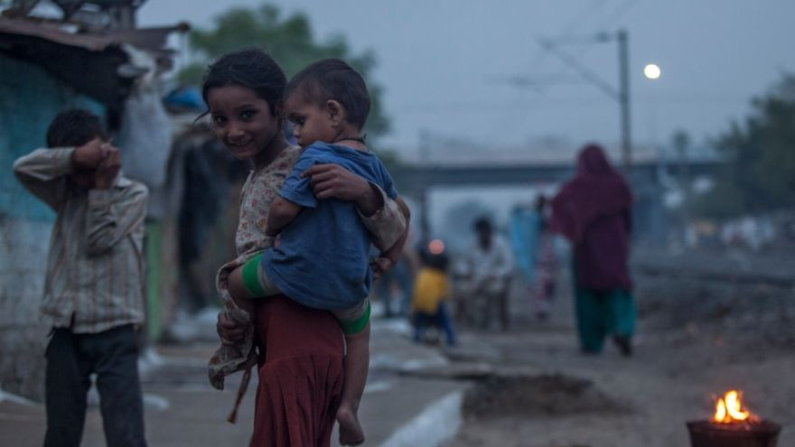 Unos niños juegan cerca del fuego en Chola. // FOTO: Bernat Parera