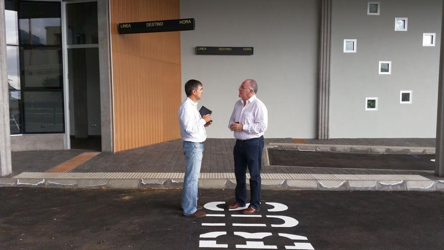 En la imagen, Carlos Cabrera (derecha), con el arquitecto redactor del proyecto técnico de la parada preferente.