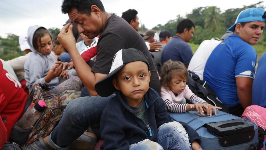 Migrantes centroamericanos, parte de la caravana que espera llegar a la frontera con Estados Unidos, consiguen que los lleven en un remolque de cama semiplana, en Donaji, estado de Oaxaca, México, el viernes 2 de noviembre de 2018. Los migrantes ya habían hecho una agotadora caminata de 65 kilómetros desde Juchitán, Oaxaca, el jueves, después de no haber conseguido el transporte en autobús que esperaban. Pero los viajes en autoestopistas les permitieron llegar a Donaji temprano, y algunos se dirigieron a un pueblo aún más al norte, Sayula. Foto: AP/Marco Ugarte