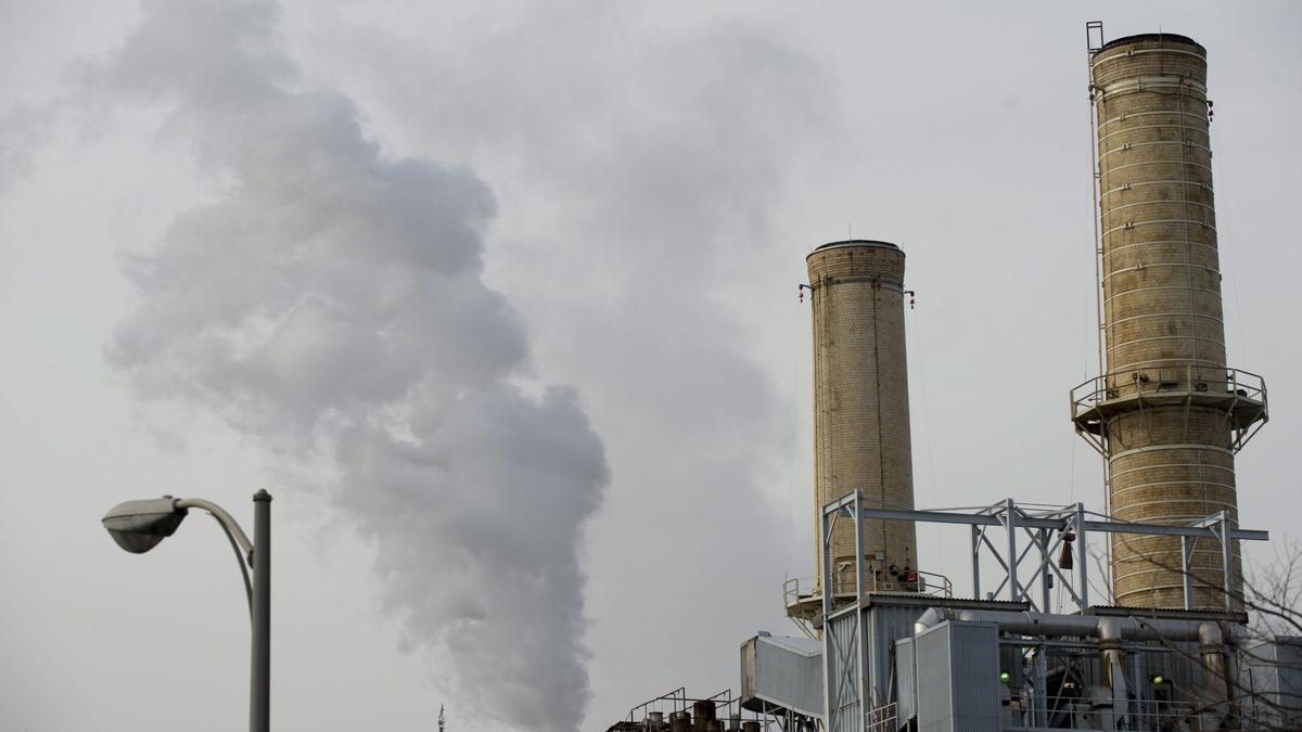 Una columna de carbón sale de una chimenea de la planta de carbón que provee energía a las oficinas del Capitolio en Washington DC, Estados Unidos. EFE/Matthew Cavanaugh/Archivo