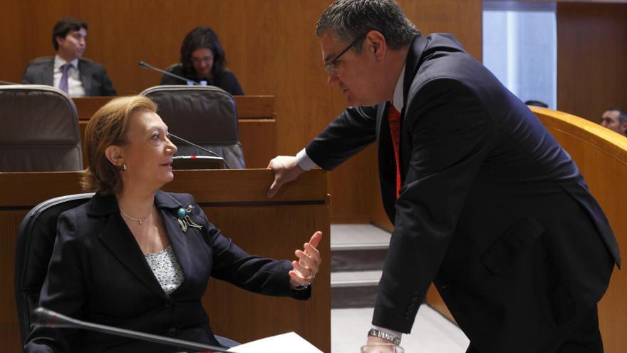 Rudi conversando con Antonio Torres, presidente del PP de Huesca, en las Cortes de Aragón
