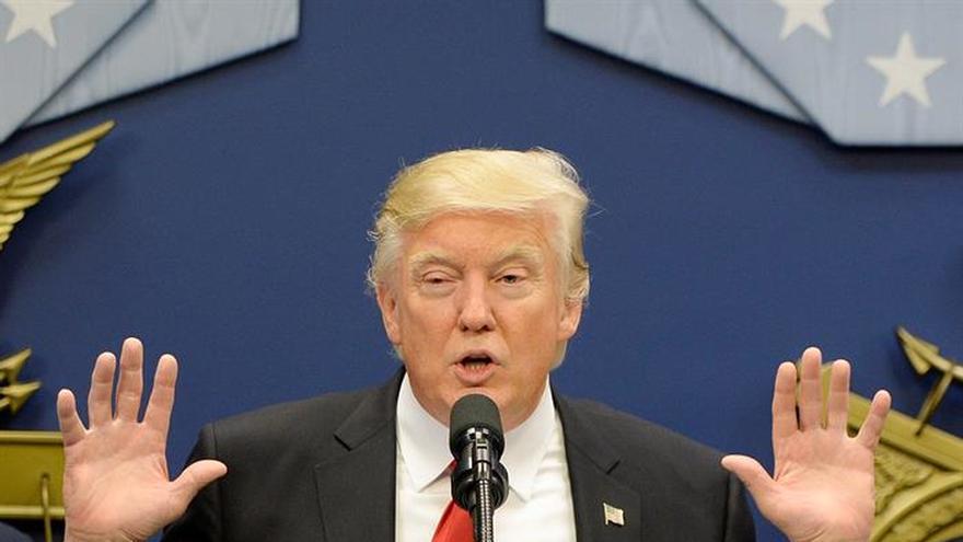 """Trump firma una acción ejecutiva para proteger al país de la """"entrada de terroristas"""""""