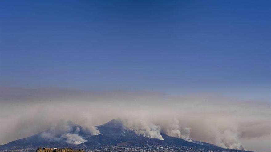 Una veintena de incendios activos en el sur de Italia, el peor en el Vesubio