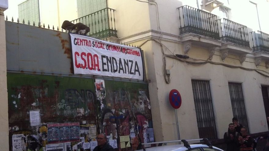 Momento en el que despliegan una pancarta anunciando la ocupación del inmueble.