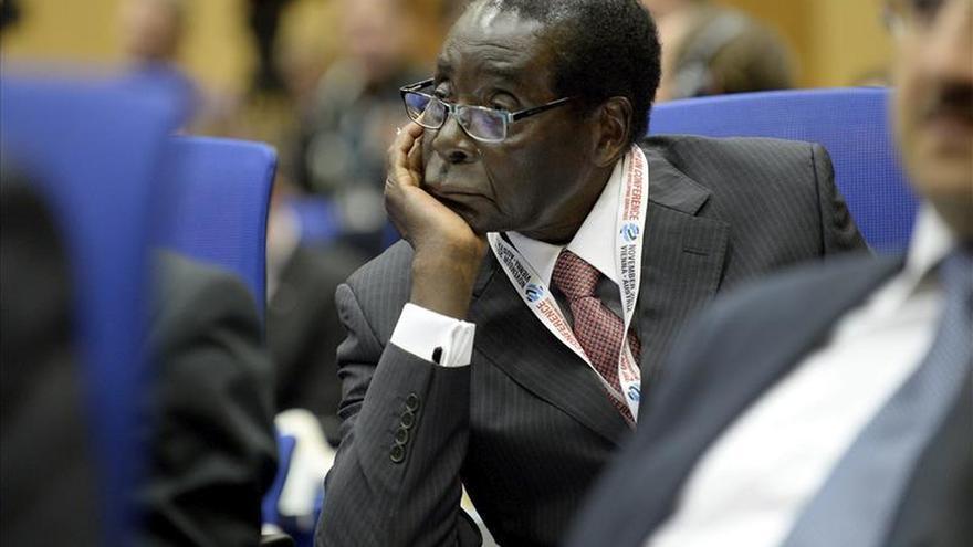 El presidente de Zimbabue cesa a la vicepresidenta y a 8 ministros por conspiración
