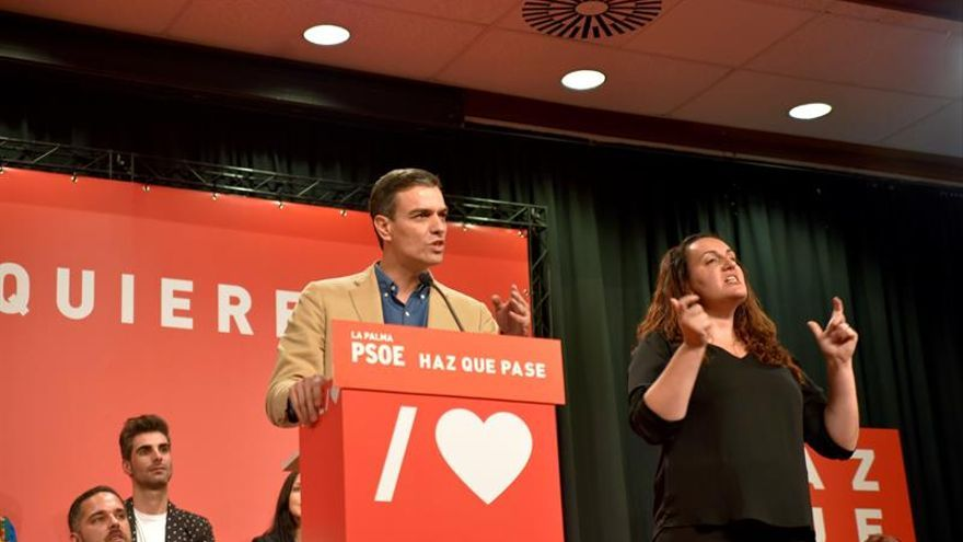El presidente del Gobierno de España y candidato del PSOE a la reelección, Pedro Sánchez, asiste al acto electoral que los socialistas celebran en El Paso (La Palma).