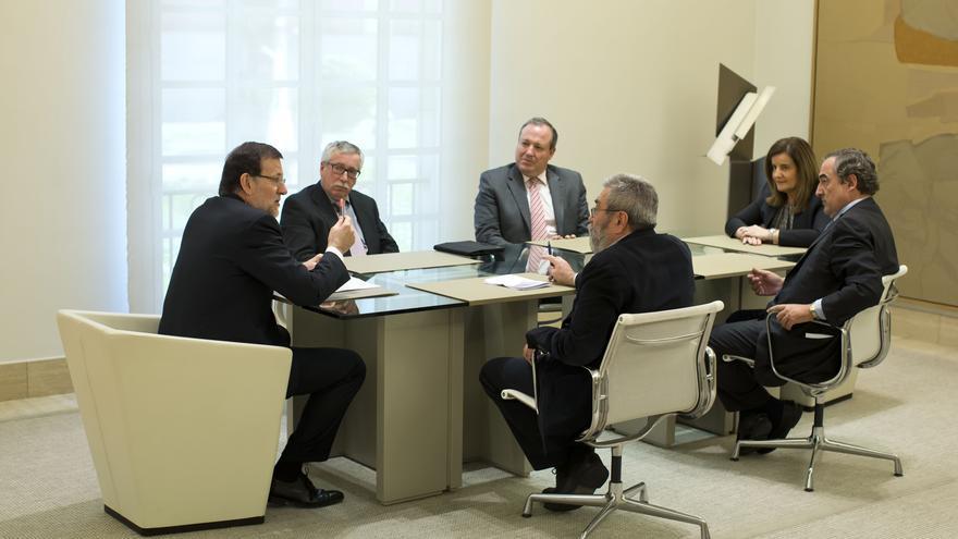 Rajoy, junto a Fátima Báñez, durante la reunión que han mantenido en La Moncloa con el presidentes de la CEOE, Juan Rosell, y el de CEPYME, Jesús Terciado, y los secretarios generales de CCOO, Ignacio Fernández Toxo, y UGT, Cándido Méndez / Moncloa
