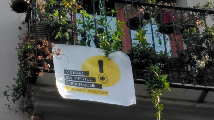Una de las pancartas de protesta colgadas en los balcones de Ciutat Vella