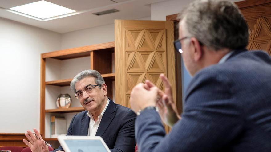 El presidente de Canarias, Ángel Víctor Torres, conversa con el vicepresidente y consejero de Hacienda, Román Rodríguez (i), durante la reunión semanal del Consejo de Gobierno