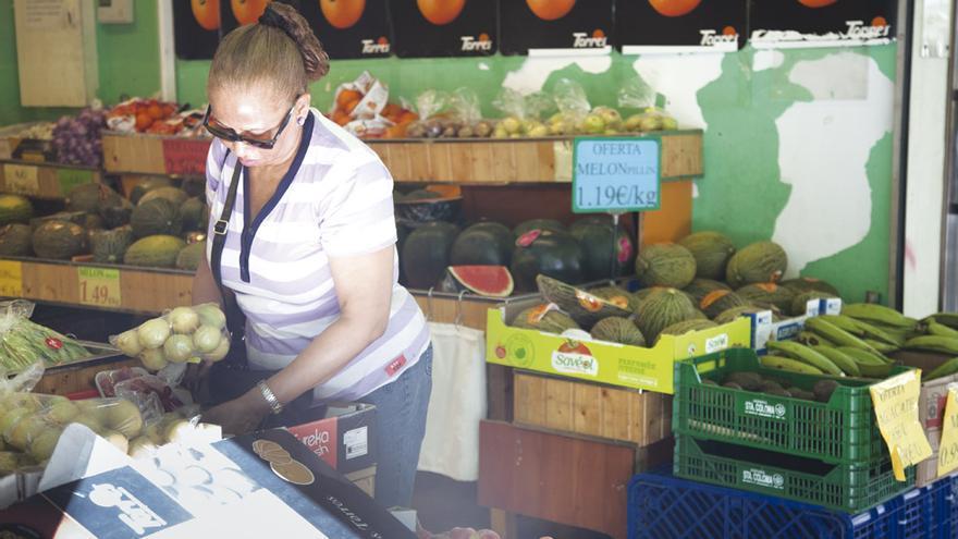 Una mujer compra en una frutería de Barcelona.