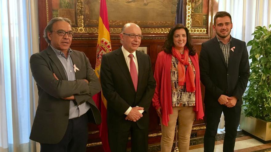 Los portavoces de PSPV y Compromís, Manolo Mata y Fran Ferri, con el ministro Cristóbal Montoro