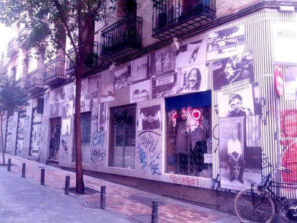En la esquina de Pez con Marqués de Santa Ana hay 33 de sus fotografías reunidas | Foto: Somos Malasaña