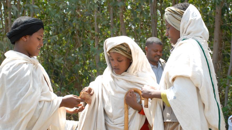 Niños etíopes participando en un role-play sobre matrimonio infantil. © The Elders/Ashenafi Tibebe