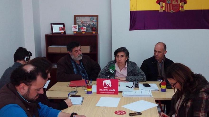 La nueva coordinadora de IU Badajoz, junto con los concejales Manuel Sosa y Felipe Cabezas