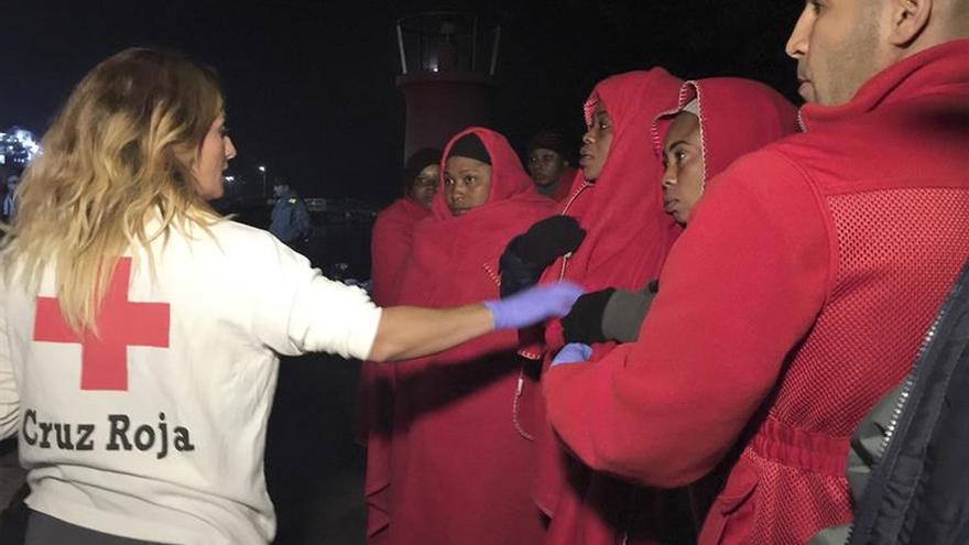 Rescatan una patera con 33 personas al sur de Almería