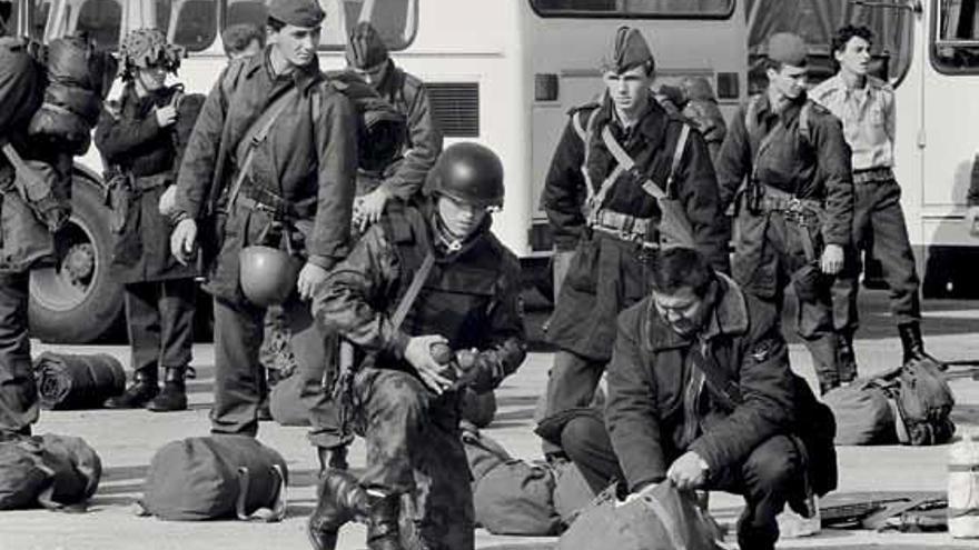 Soldados eslovenos observan a tropas yugoslavas que se preparan para su salida tras la guerra.