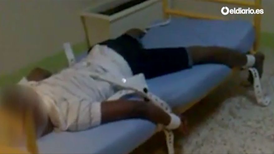 Captura del vídeo de una contención sobre un joven, grabado hace unos años en Tierras de Oria, por cuya difusión están camino de juicio extrabajadores del mismo