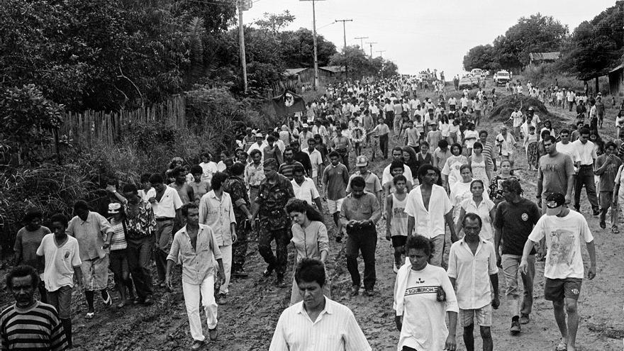 El camino tomado por los trabajadores rurales que se acercan al cementerio de Curionópolis para la incineración de las 19 víctimas de la masacre © João Roberto Ripper