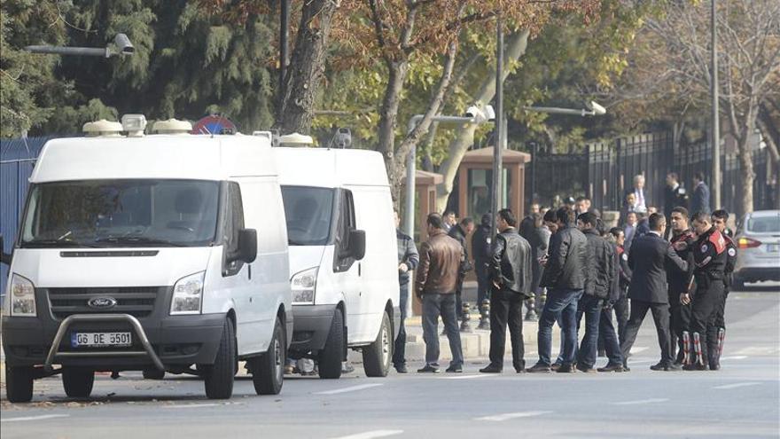 Disparan y detienen a un hombre con explosivos ante la oficina de Erdogan