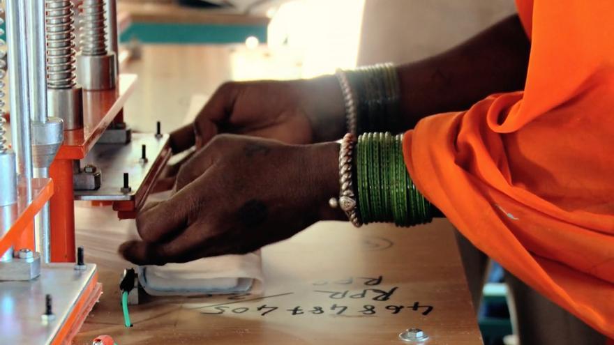 Las mujeres aprenden a utilizar las máquinas y controlan todo el proceso de fabricación / Fotografía: Amit Virmani