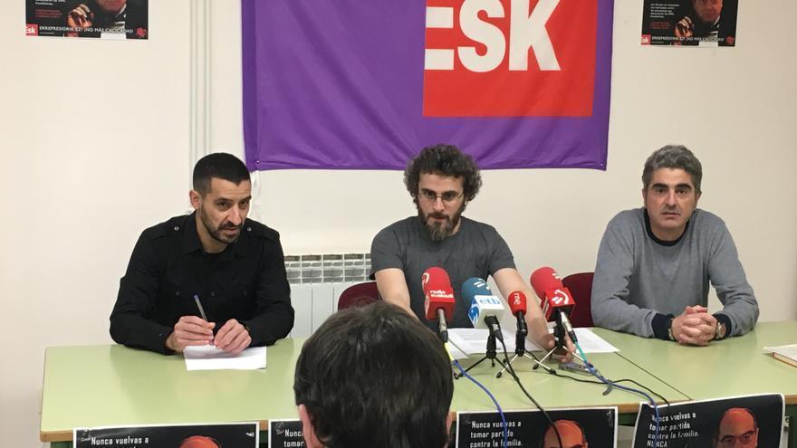 Roberto Sánchez, a la izquierda, con los representantes de ESK