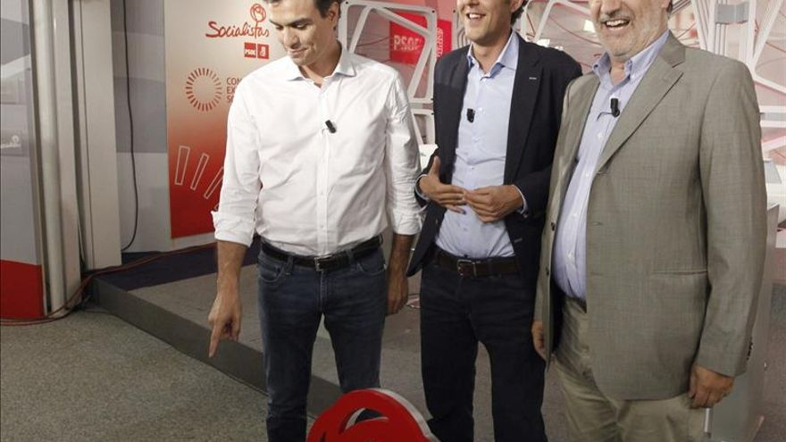 Pedro Sánchez, Eduardo Madina y José Antonio Pérez Tapias antes de comenzar el debate / EFE