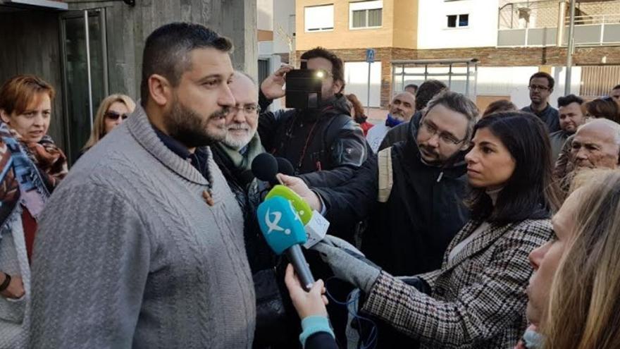 Cañedo, delante de los juzgados de Plasencia / apoyoalberto.com