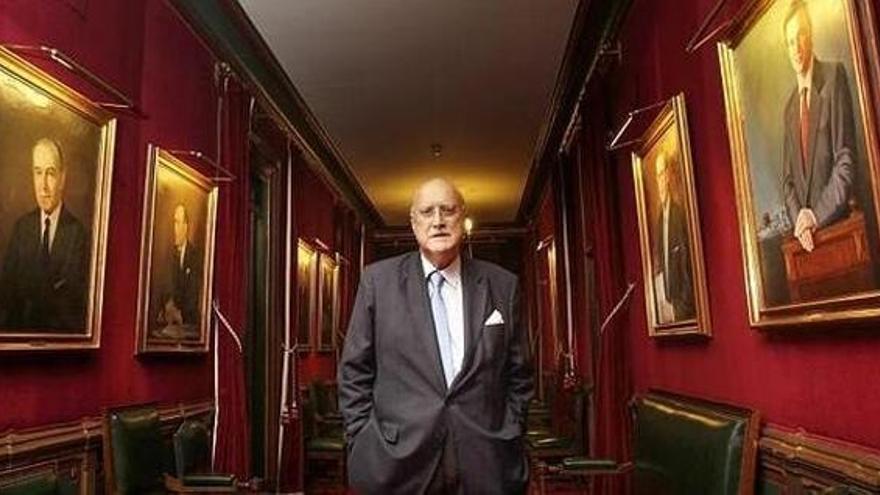 Iñaki Azkuna posa en la galería donde están colgados los cuadros de los alcaldes de la Villa de Bilbao.